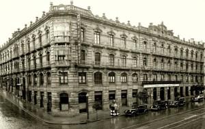 """Arredor de 1930, sede da """"La Caja de Ahorros-Monte de Piedad"""""""